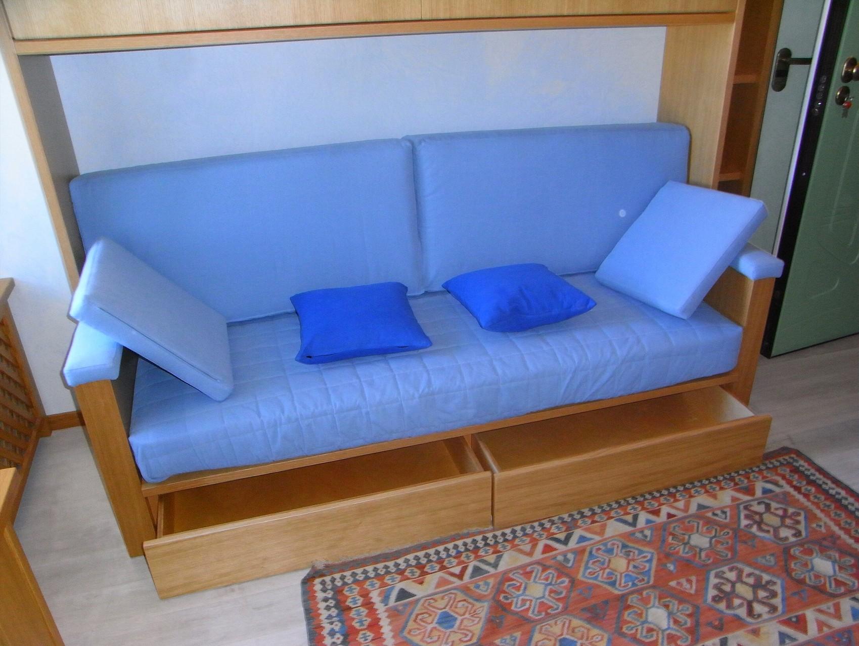 arredo monolocale dettaglio divano cassettoni trasformabile