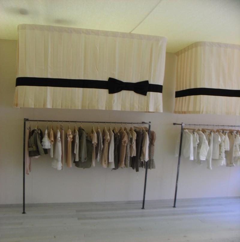 Dettaglio negozio abbigliamento appendiabiti